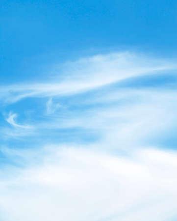 La gran cielo azul y las nubes del cielo Foto de archivo