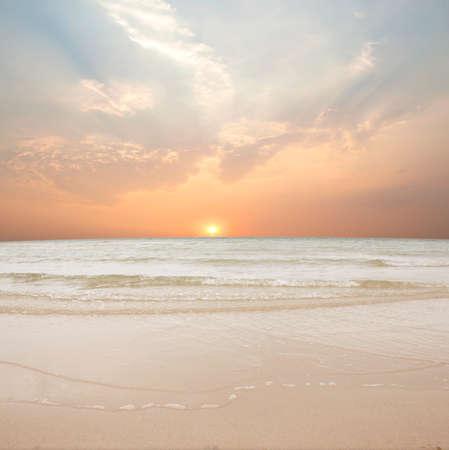 砂と夕焼けのビーチ