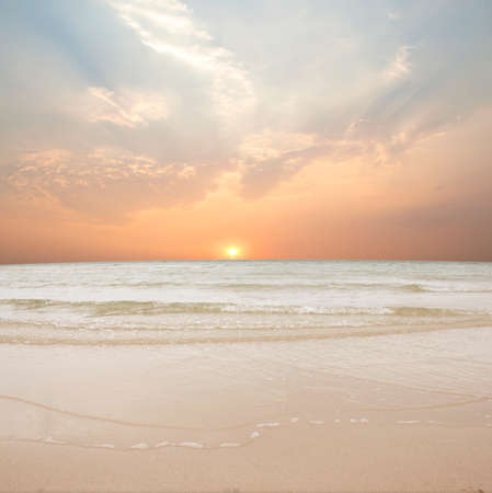 zand en strand met zonsondergang