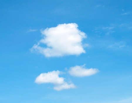De enorme blauwe hemel en wolkenlucht