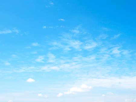 cielo azul: La gran cielo azul y las nubes del cielo Foto de archivo