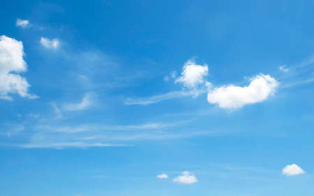 La gran cielo azul y las nubes del cielo