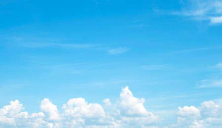 cielo de nubes: La gran cielo azul y las nubes del cielo Foto de archivo