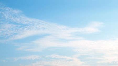 Fantastiche soffici nuvole bianche contro il cielo blu