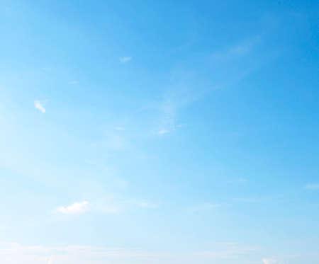 Fantastische zachte witte wolken tegen blauwe hemel