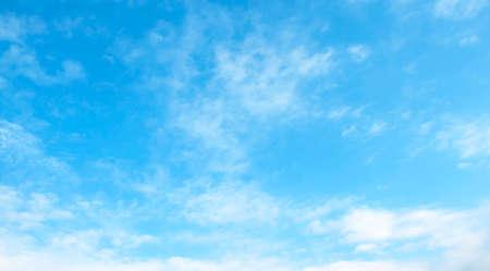 cielo despejado: La gran cielo azul y las nubes del cielo Foto de archivo