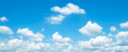 Il vasto cielo blu e le nuvole del cielo