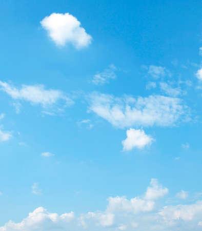 cielo con nubes: La gran cielo azul y las nubes del cielo Foto de archivo