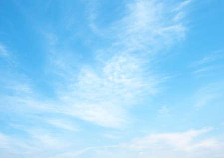 Zdecydowana błękitne niebo i chmury niebo Zdjęcie Seryjne