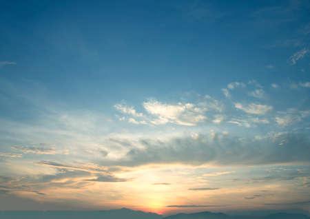 Der weite blaue Himmel und der Wolkenhimmel abstrakte Sonne Standard-Bild