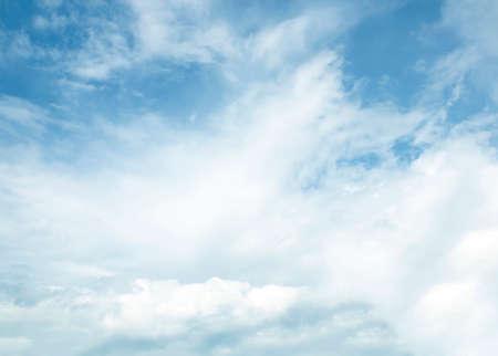 Cielo azul con nubes blancas fondo naturaleza