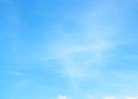 Cielo azzurro con nuvole bianche sullo sfondo della natura