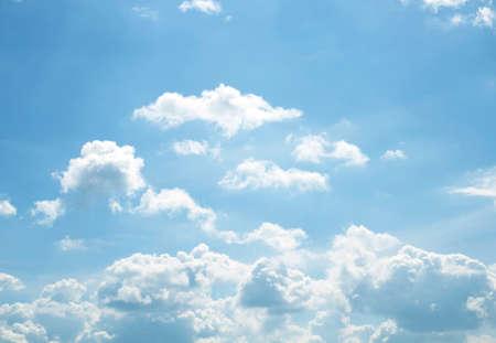 El vasto cielo azul y las nubes del cielo hermoso. Foto de archivo