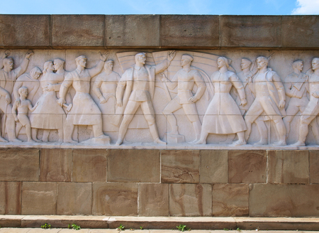 seconda guerra mondiale: Muro di eroi, Seconda Guerra Mondiale monumento - colpo bassorilievo Editoriali