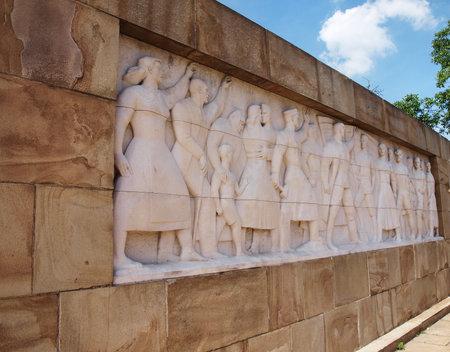 seconda guerra mondiale: Muro di eroi, Seconda Guerra Mondiale monumento bassorilievo - angolo di tiro Editoriali