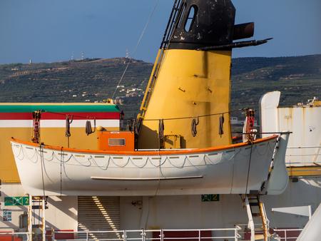 Rettungsboot auf einem großen Transportschiff Standard-Bild