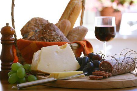 salame: Piatto freddo di cibo in un display tentato
