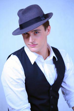 hombre con sombrero: Hombre guapo en sombrero azul, moda retro