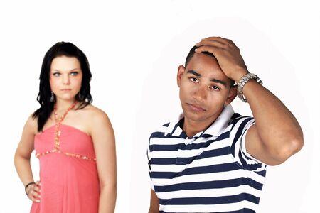 angry couple: Triste par enojado, con mujer en foco de fondo