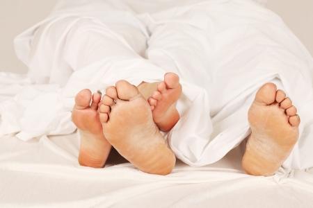 bedsheets: Ai piedi del letto in coppia