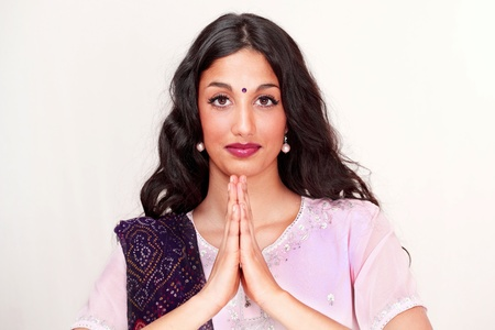 namaste: Hermosa ni�a india saludo namaste