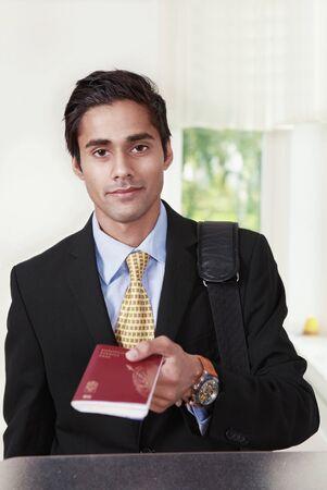 id: Voyageur Homme montre passeport au comptoir