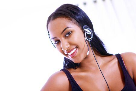 relaciones publicas: Recepcionista sonriente o un trabajador del centro de llamadas