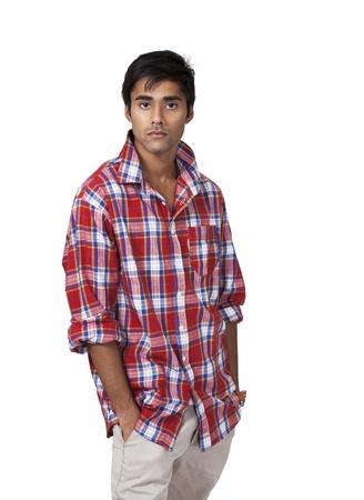 uomo rosso: Maschio giovane indiano con atteggiamento disinvolto