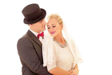 to wed: Bella coppia di novelli sposi in amore abbraccio