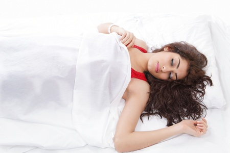coussins: Belle jeune femme dormir dans le lit Banque d'images
