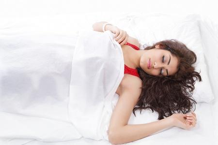 durmiendo: Joven y bella mujer durmiendo en la cama Foto de archivo