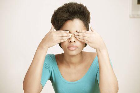 eyes closing: Mujer joven que cerrar los ojos con las manos