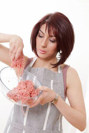 mince: Kobieta sprawdzanie mięso mielone do jakości i stanu Zdjęcie Seryjne