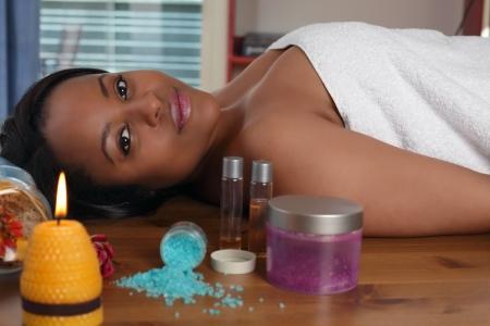 massage oil: Aromath�rapie, une belle femme ethniques dans le spa