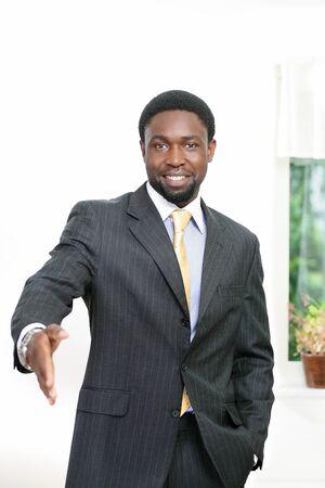 actitud positiva: Sonreír apretón de manos africano oferta de negocios Foto de archivo