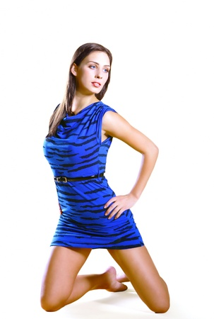 mujer arrodillada: Hermosa modelo de vestido azul lindo