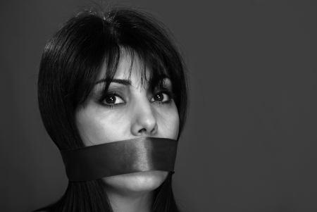 imbavagliare: Donna imbavagliato non ha permesso di parlare, in bianco e nero