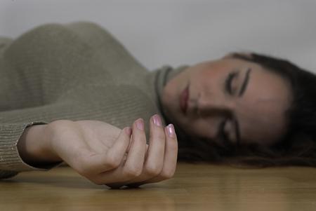 escena del crimen: Mujer muerta mano rizado acostado en el piso