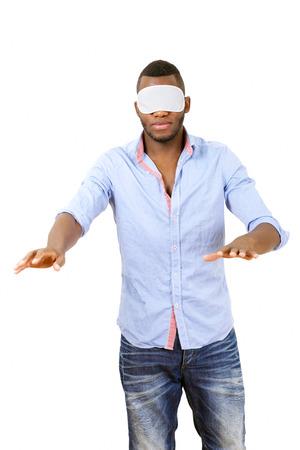 ojos vendados: Hombre con los ojos vendados a tientas