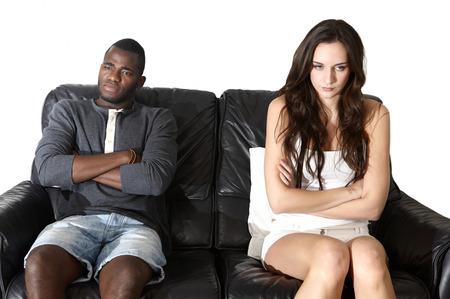 pareja discutiendo: Dos emociones enojado, multi �tnico hombre mujer