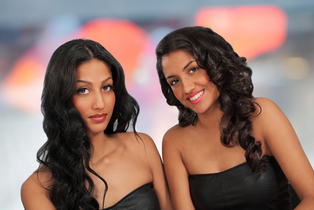 hanging around: Dos muchachas lindas que cuelgan alrededor Foto de archivo