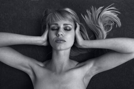 contaminacion acustica: La mujer cubre los o�dos, un concepto contaminaci�n ac�stica Foto de archivo