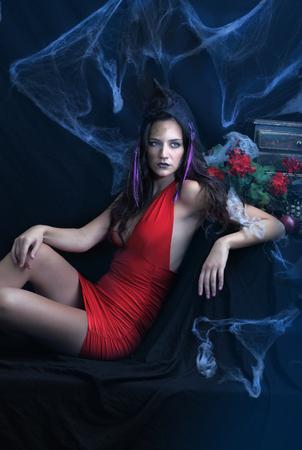 body paint: Brujería, atractivo femenino reclinado, con una decoración oscura