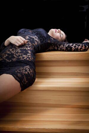 ojos negros: Chica en ropa interior en escalones de madera con espacio de copia