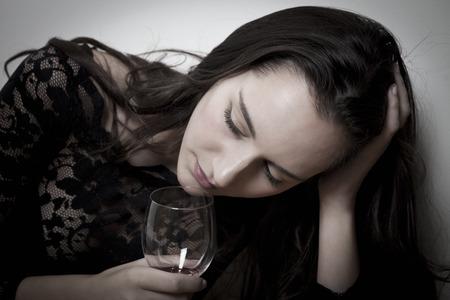 tomando alcohol: Retrato de la mujer del alcohol, con expresión abatida