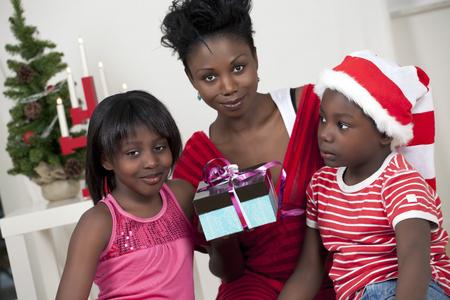 mujer sola: Familia linda de la Navidad con el foco en los niños