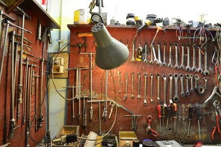 garage automobile: outils de l'atelier de mécanique Banque d'images