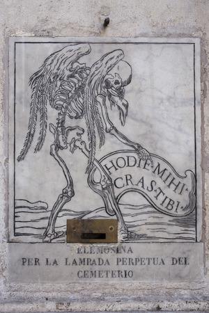 limosna: placa de m�rmol pidiendo limosna a viajero desconocido enterrado Editorial