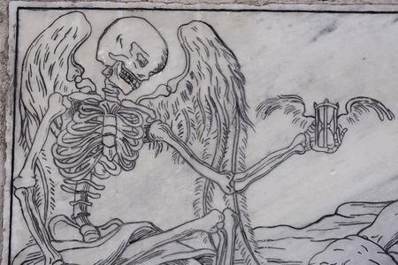 limosna: placa de m�rmol pidiendo limosna a viajero desconocido enterrado Foto de archivo