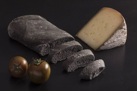 vegetal: Black bread with vegetal carbon, black tomatoes and cheese